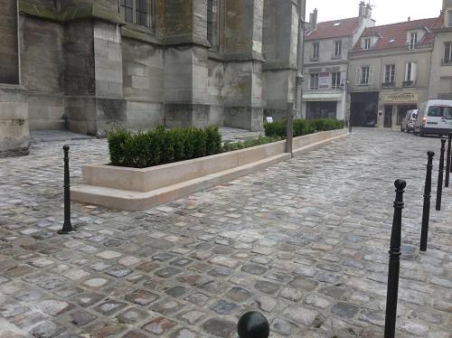 Pavés grès ancien et jardinière calcaire