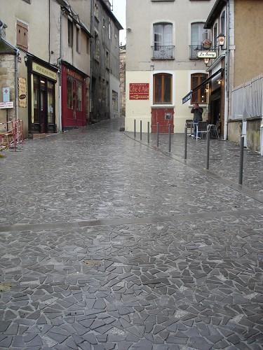 Dalles en lave posées en petit opus - voirie vieille ville - MONTLUCON  2011