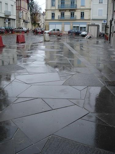 Dalles en lave posées en grand opus - trottoir arrière théatre - MONTLUCON  2011